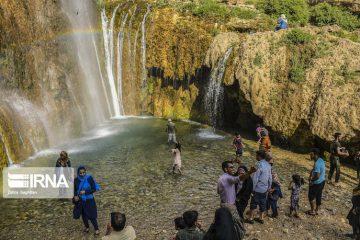 مردم زیر آبشار زیبای سمیرم خنک میشوند + تصاویر